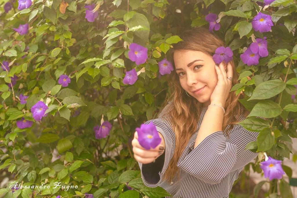ragazza con vestito primaverile e fiori nelle serre dell'orto Botanico di padova