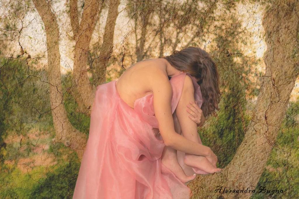 fotografia concettuale di ragazza con tessuto rosa per nudo velato