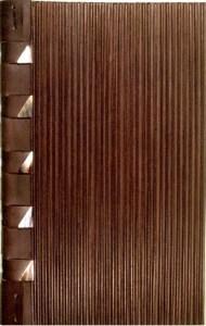 A. Zanzotto – Periscopi – D. Lomré       Legatura a struttura incrociata in vitello bruno. Piatti flessibili in assemblaggio di 4                    strati di cuoio e listelli di legno. Sui lacci triangoli di corno.