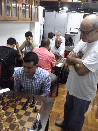 O alexano José Carlos Mesquita, que aparece na foto acompanhando a partida de Oscar Solano Rueda,  é o árbitro da prova.