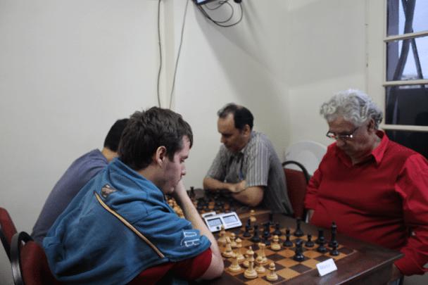 3ª rodada - Leo Ramos Simões ganhou de brancas de Álvaro Frota. Na outra mesa vê-se David Rabello.