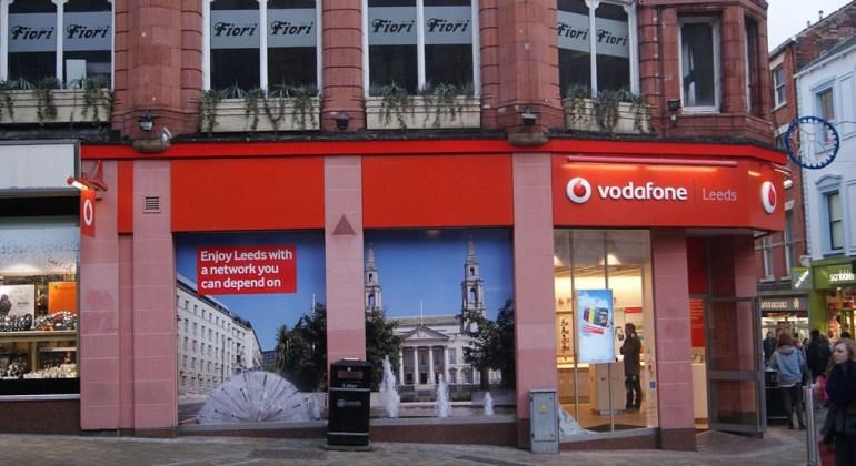 Vodafone_shop,_Lands_Lane,_Leeds_(17th_December_2012)