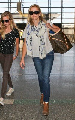 Reese Witherspoon Airport style jeans, oversized scarf blue and white