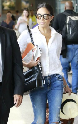 Meghan Markle airport style white shirt and jeans with a black bag
