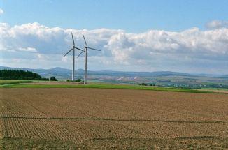 Im Hintergrund dieser beiden Windkraftanlagen sieht man die noch im Bau befindliche Landebahn des Flughafen Kassel-Calden. Der gesamte Windpark wurde Ende 2012 abgebaut, da er sich in der direkten Einflugschneise des im April 2013 eröffneten Flughafens befindet.