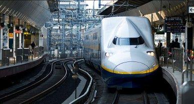 The MAX double-deck shinkansen enters Tokyo