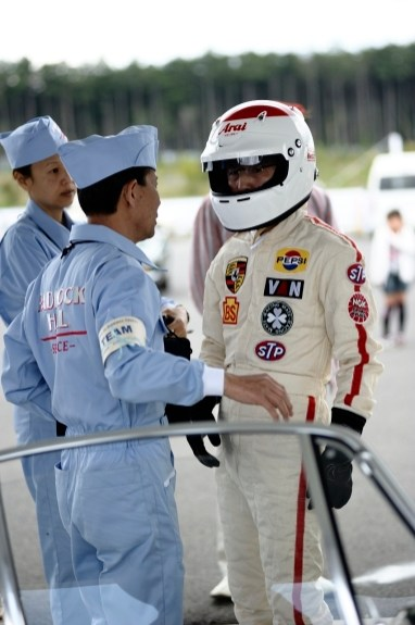 Tetsu Ikuzawa speaks with his crew chief
