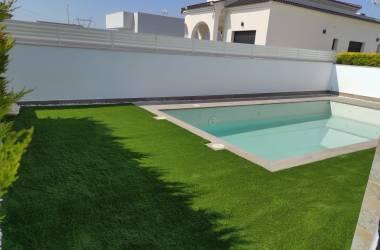Instalación de césped artificial en piscina