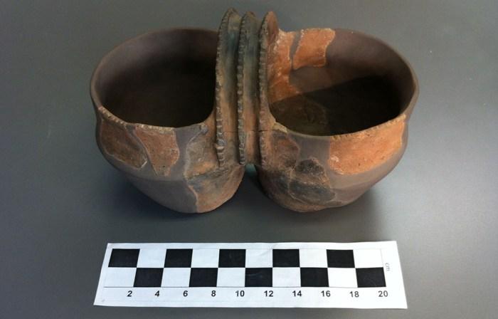 3-vas geminat del bronze (entorn 2000 a C foto Francesc Fern+ández Museu de Reus