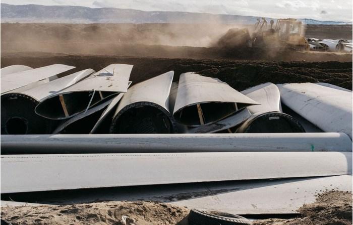 Miles de palas de aerogeneradores terminan en vertederos. Los trabajadores están experimentando con métodos para colocar más cuchillas en sus tumbas. Fotógrafo: Benjamin Rasmussen para Bloomberg Green