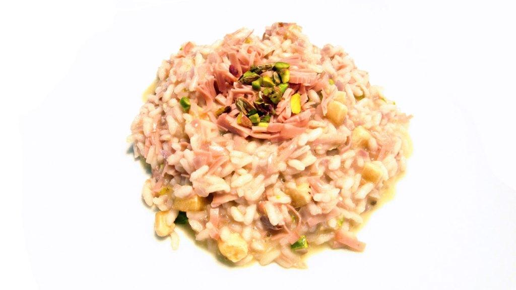 Risotto alla mortadella e pistacchi con croste di parmigiano