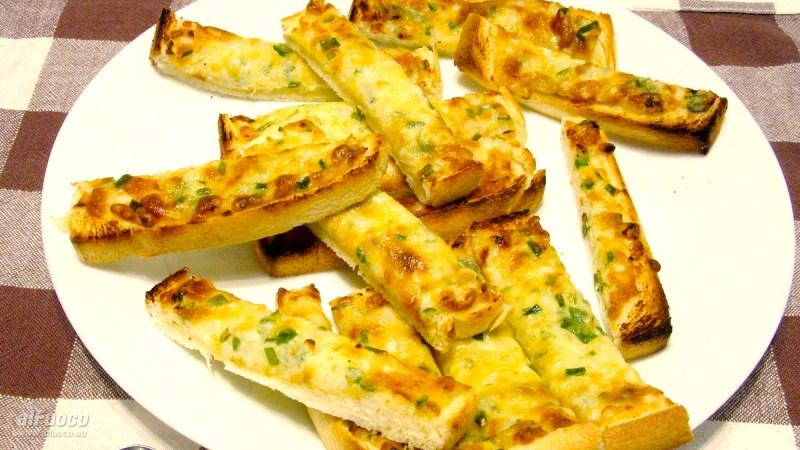 Crostini maionese, parmigiano e cipolla
