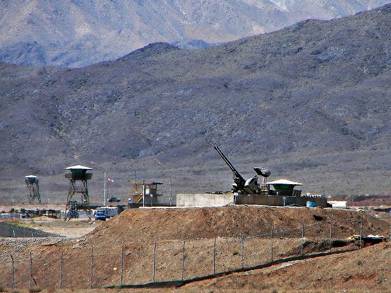 Cañones antiaéreos custodiaban Fondo nuclear de Natanz, Irán.  Foto: commons wiki.