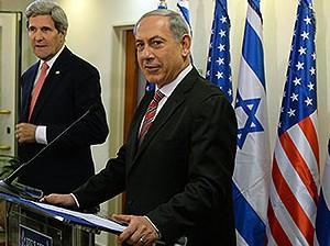 El primer ministro israelí, Benjamin Netanyahu, y el secretario de Estado de EE.UU., John Kerry, frente a la prensa en Jerusalén, el 5 de diciembre de 2013.  Foto: GPO.