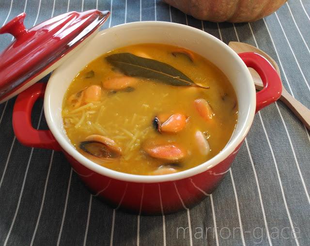 Sopa de fideos con mejillones