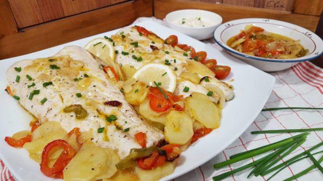 Merluza al horno con patatas y pimientos