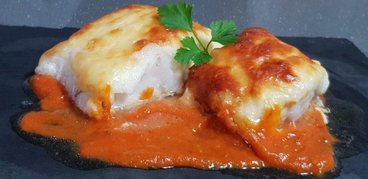 Bacalao al horno con salsa de tomate casera