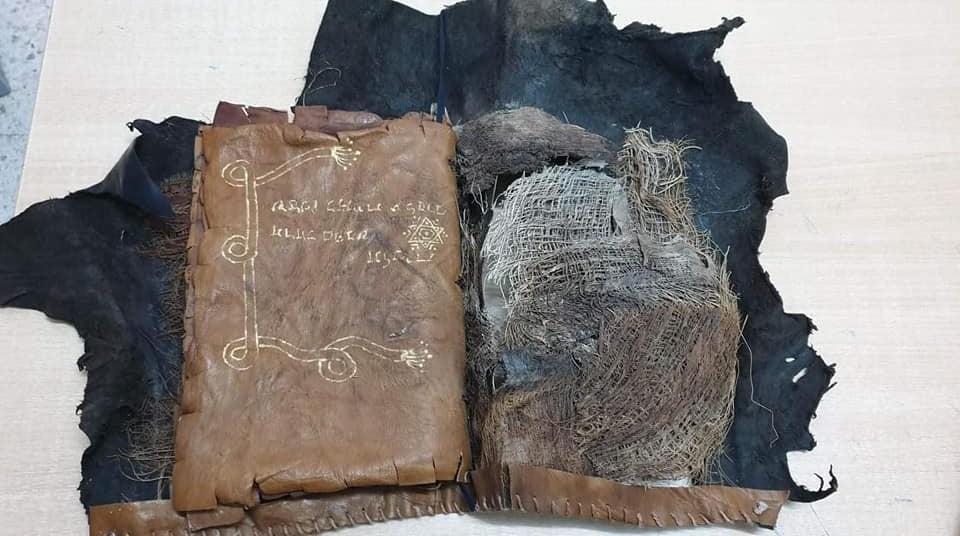 مخطوطة أثرية تحمل رموزا عبرية على لفائف من الجلد