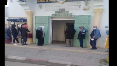 Photo of في زمن الكورونا: متطوعو لجنة مجابهة الكوارث يؤطرون بنجاح الطوابير أمام مركز البريد بأكودة