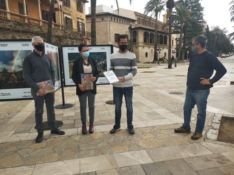 La exposición del III Certamen de Fotografía Serra Tramuntana, atrae la atención del público en pleno centro de Palma