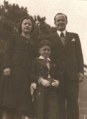 Francisco Ros, su mujer María y su hijo Salvador, el día de la comunión del niño en 1942.