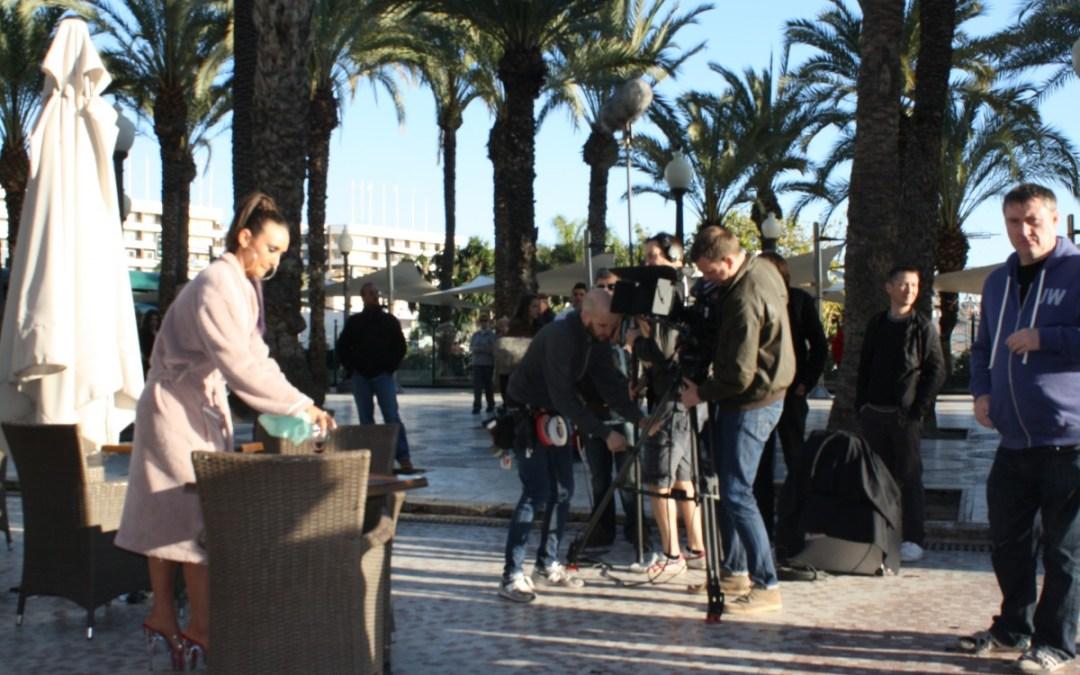 La serie inglesa Hollyoaks rueda en la Explanada de Alicante