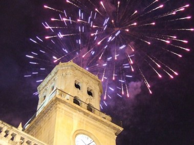 Torre_Ayuntamiento_con_fuegos_artificiales.Por_Fran