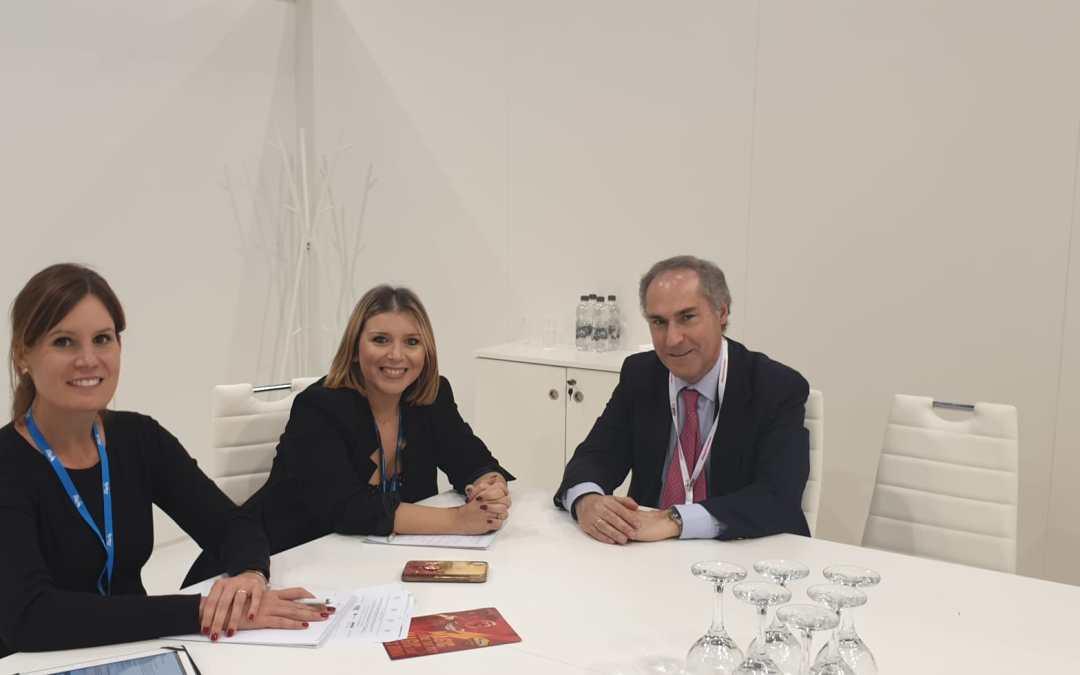 Mari Carmen Sánchez sereúneconel Director dela OET enlaWorld Travel Marketparaalinear estrategias de promoción conjuntas en 2020