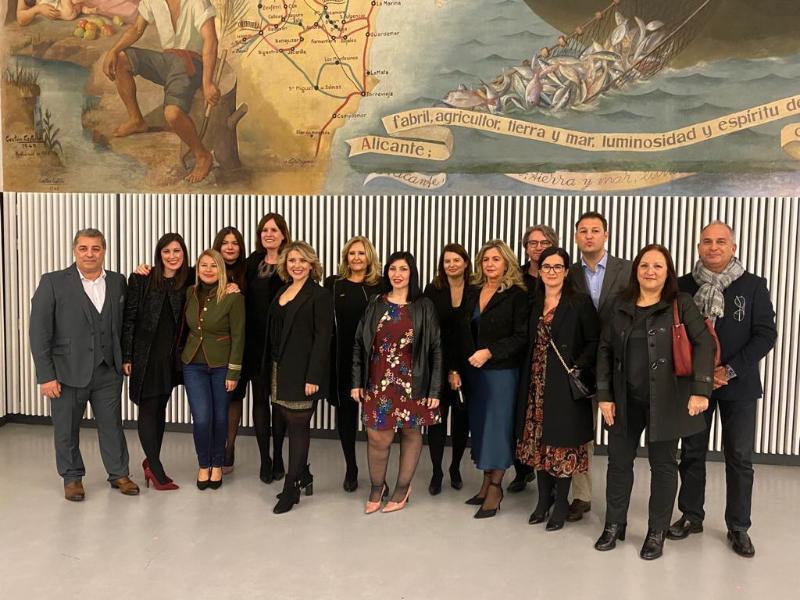 Mari Carmen Sánchez anuncia una gala bianual de turismo durante el cóctel navideño celebrado en el Hall Séneca de Alicante