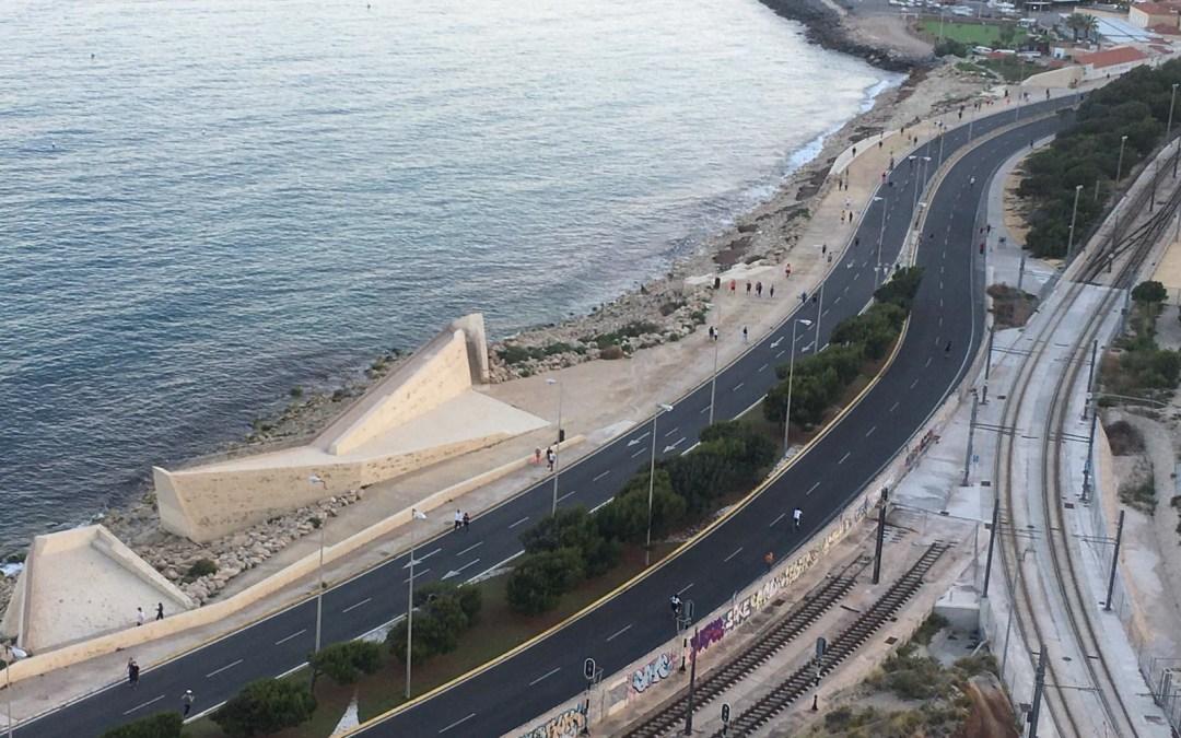 El Ayuntamiento amplia las categorías de deportes acuáticos permitidos en las playas y abre la Playa de Urbanova para algunas actividades