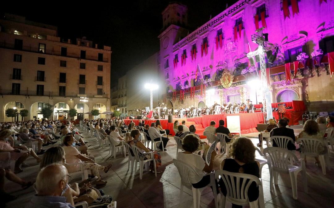 Un espectacular adorno floral y la actuación de la Banda Sinfónica honran a la Patrona de Alicante en la Alborada