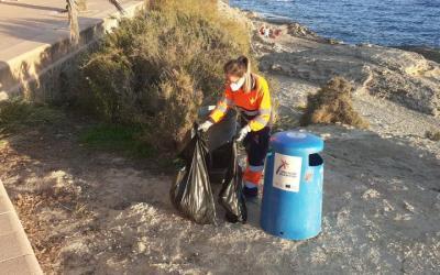 El Ayuntamiento refuerza la limpieza en calas y playas por el aumento de senderistas y por las rachas de viento