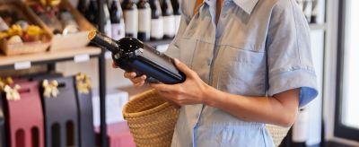 foto chica comprando vino de Alicante