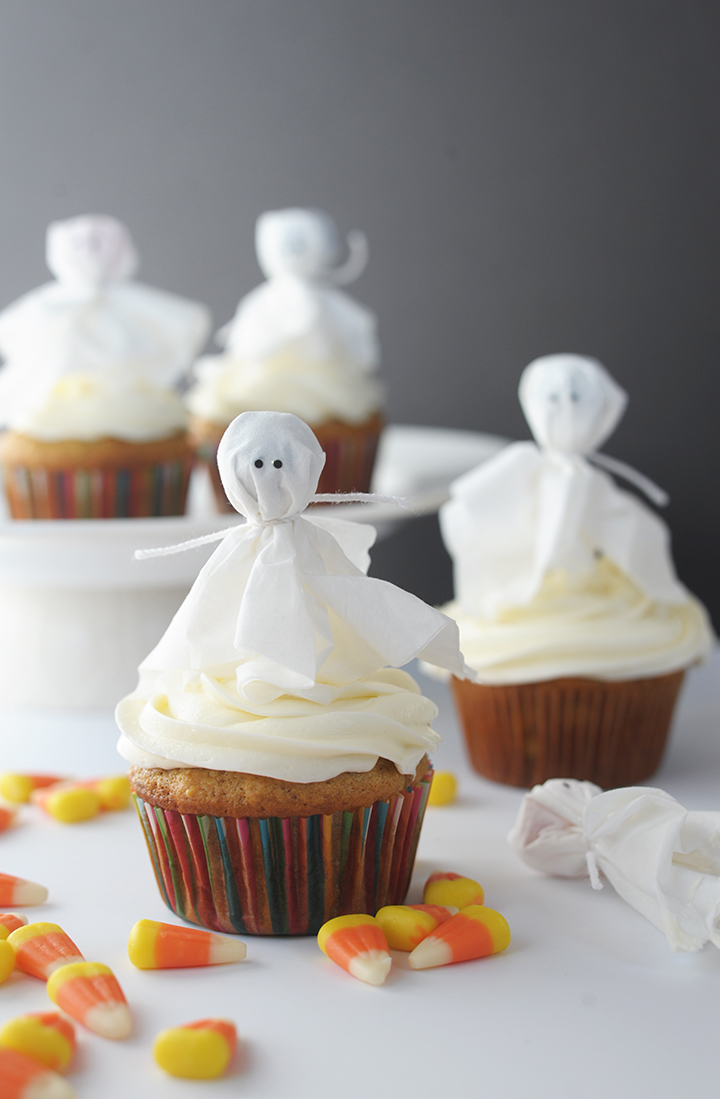 Make these super simple ghost cupcake toppers with lollipops this Halloween