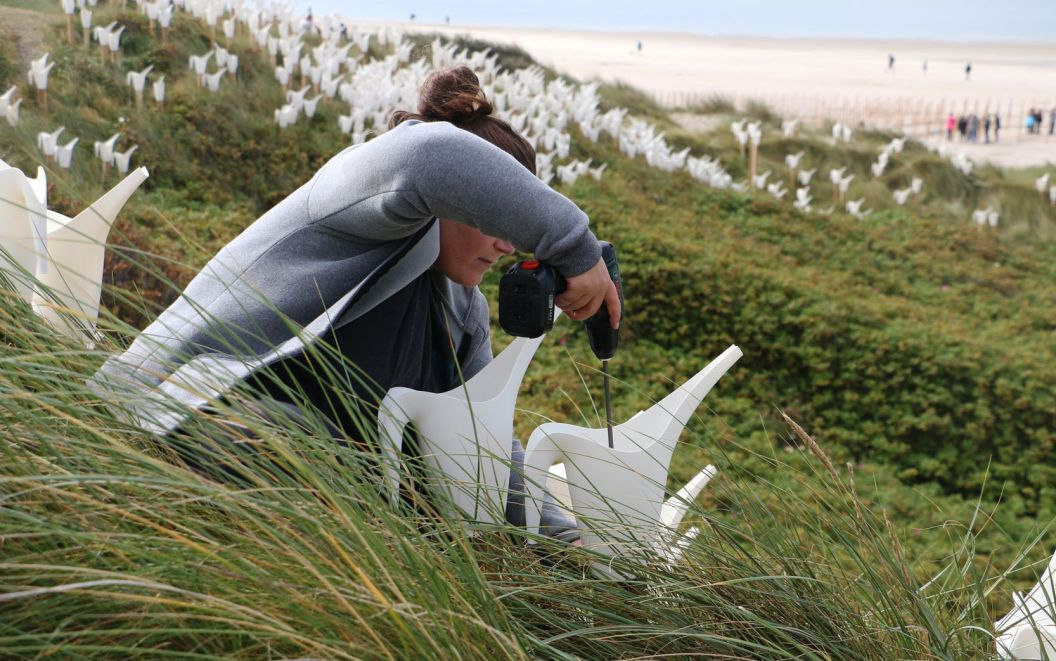 Birds Alice et David Bertizzolo - Festival Wadden tide 2016 - blavand - danemark en aout 2016 : montage des arrosoirs