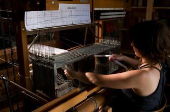 vue d'ensemble de l'enfilage, tissage à la main, alice heit, atelier de tissage
