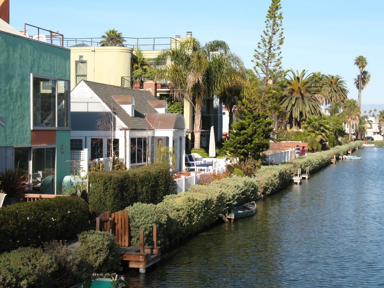 https://i2.wp.com/www.alicesgardentravelbuzz.com/wp-content/uploads/2011/03/Venice-California-Canal-Photo-Alice-Joyce1.jpg