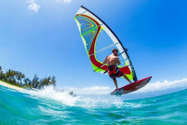 deportes para el verano windsurf