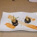Milhoja de morcilla y crema de queso rellena de manzana reineta sobre emulsión de pimientos asados
