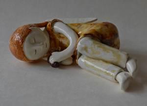figurative-ceramics - 9a.Slepping-Angel.-faience-glaze.-13-diametre-2014
