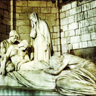 sculpture in barcelona cathedral cloister