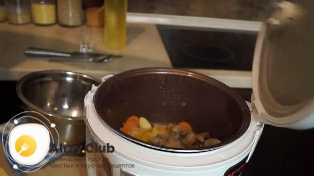 Шошқа еті бауыр пейті үшін ингредиенттерді қуырыңыз.