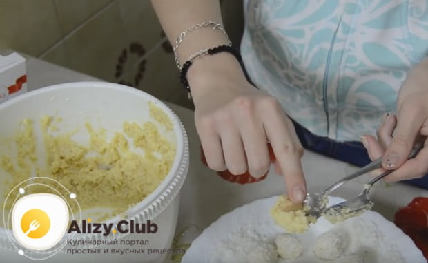 Las cucharas del té forman caramelos y en cada bola, presione la tuerca de almendras.