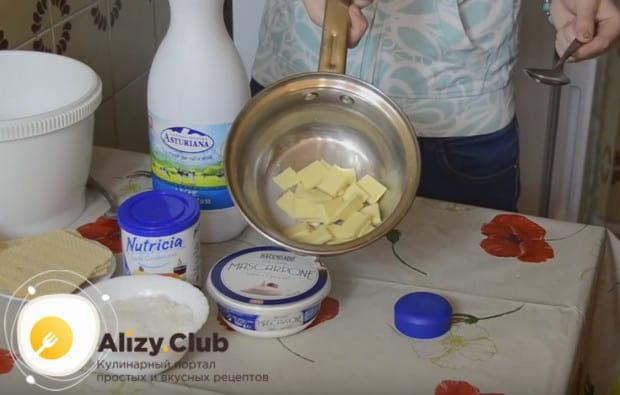 For at forberede Rafaello slik med egne hænder på en opskrift med en mascarpone, skal du først smelte med flere skeer af mælk hvid chokolade.