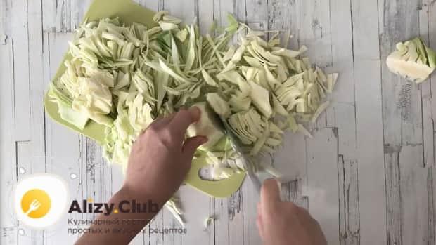 По рецепту для приготовления тушенной капусты с курицей и картошкой, нарежьте ингредиенты.