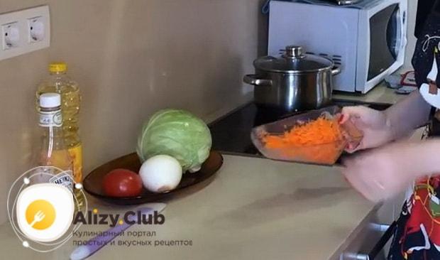 По рецепту для приготовления тушенной капусты с курицей и картошкой, нарежьте морковь