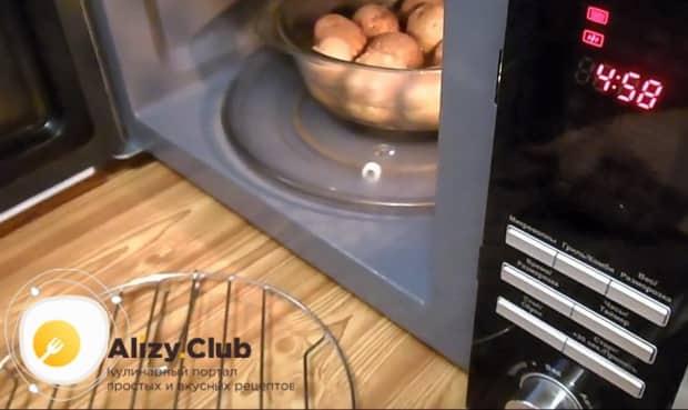 Podívejte se, jak vařit brambory v mikrovlnné troubě v uniformě
