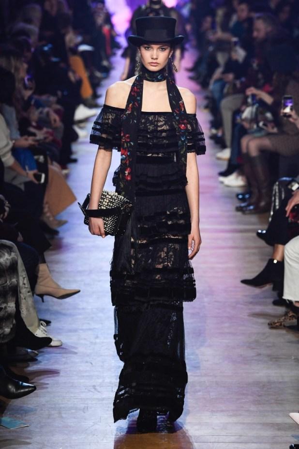c0ef747c5 إلى جانب الأسود قدم المصمم العالمي الفساتين البرغندية والخضراء الداكنة، وهى  نغمات شتوية تضمن لكِ إطلالة كلاسيكية فاخرة، وحرص صعب على تزيين تلك الفساتين  ...