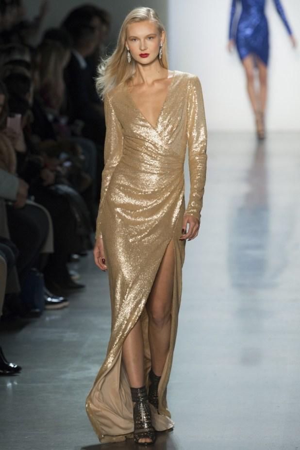 f5cdf7840 ... الفساتين القصيرة لدى إيلي صعب Elie Saab وتاداشي شوجي Tadashi Shoji وذلك  الأخير قدم أيضًا فستان أنيق مصمم بشق طويل على الجانب وياقة حرف V سيزيد من  طولك.
