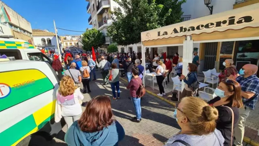 Imagen de la concentración frente al centro de salud. Foto del PSOE.